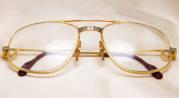 Kacamata yang Terbuat dari Emas
