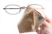 Ini Dia Tips Bersihkan Kaca Mata Yang Benar Dan Aman